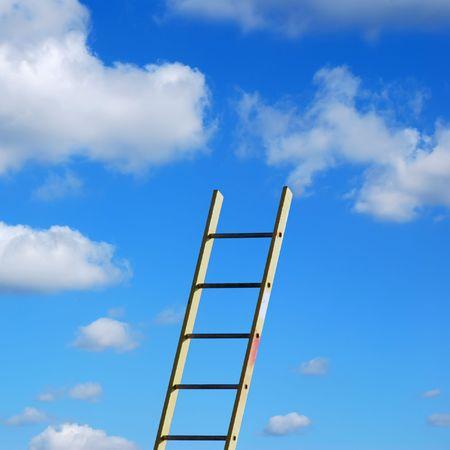 rungs: Escalera Constructores contra el cielo azul y nubes