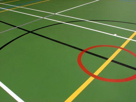 Indoor sporthal waarin verschillende markeringen verdieping