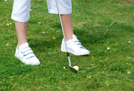 teen golf: Teen jugando al golf en el green Foto de archivo