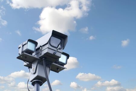 big brother spy: Vista de c�mara de seguridad contra azul cielo nublado