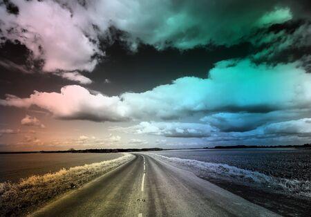 an overlay: Imagen en blanco y negro de carretera de pa�s con la superposici�n de color irregular Foto de archivo