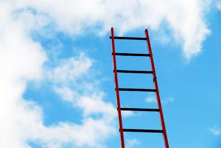 rungs: Detalle de escalera de madera de constructores contra nublado cielo azul.