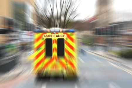 urgencias medicas: Ambulancia de exceso de velocidad en la calle con efecto de zoom de la ciudad