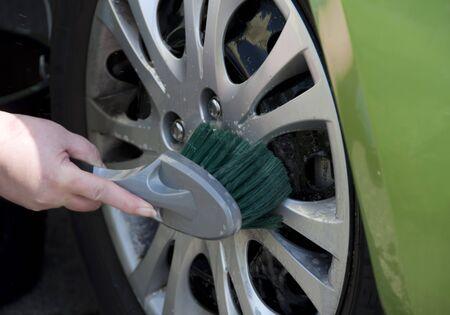 cleaning car: Coche femenino lavado con champ� y pincel Foto de archivo
