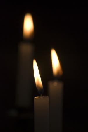 flickering: Primer plano de velas encendidas en el interior de la iglesia Foto de archivo