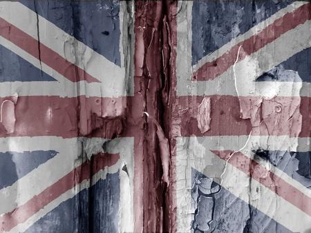 bandera reino unido: Imagen inusual tipo de grunge mostrar la bandera brit�nica superpuesta sobre la pintura escamosa en la puerta del bosque viejo. Colores desva�dos utilizados se suma al efecto. Atractivo a primera vista la imagen tiene muchos usos.