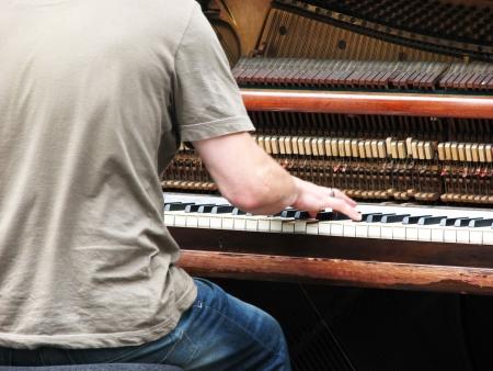 partition musique: Busker jouer vieux piano droit dans le centre-ville