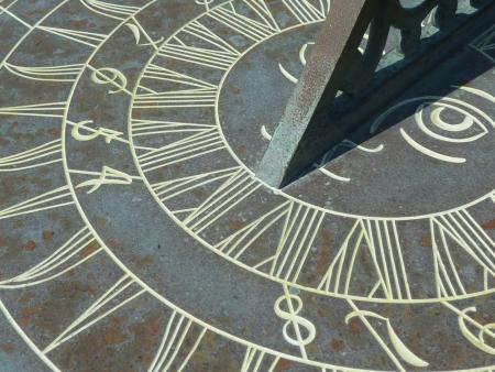 reloj de sol: Primer plano de la cara de un viejo reloj de sol.