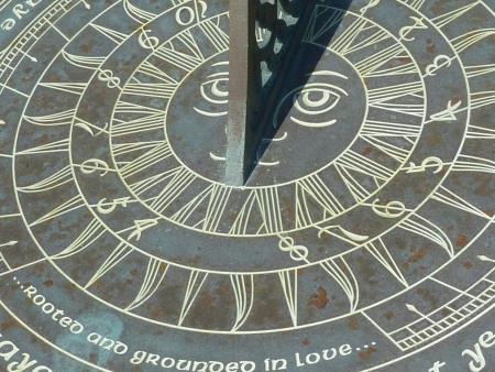 reloj de sol: Primer plano de la cara de un viejo reloj de sol