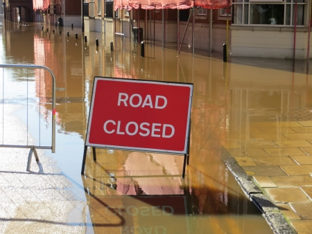 Road closed sign in flooded street  York, North Yorkshire, UK  Standard-Bild