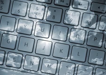 clave sol: Detalle de teclado de computadora superpuesta con sol y nubes en tonos azul