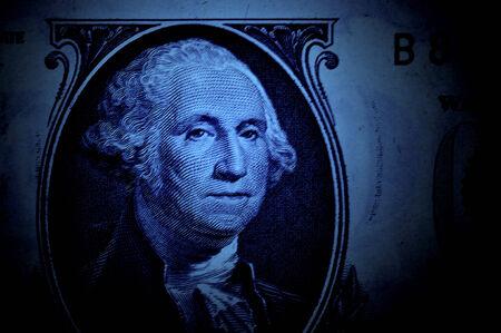 george washington: Primer plano de George Washington en el billete de dólar con iluminación azul