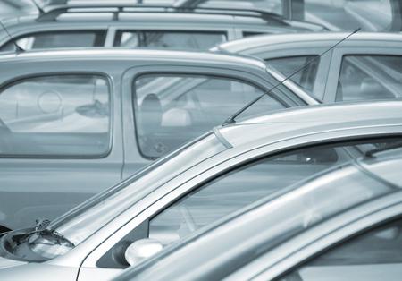 blue toned: Immagine teleobiettivo di automobili parcheggiate nel parcheggio (blu tonica)