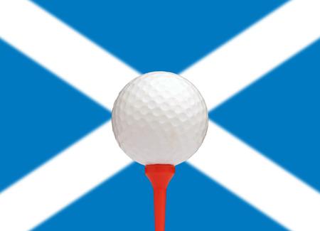 scottish flag: Pallina da golf sul tee di fronte alla bandiera scozzese
