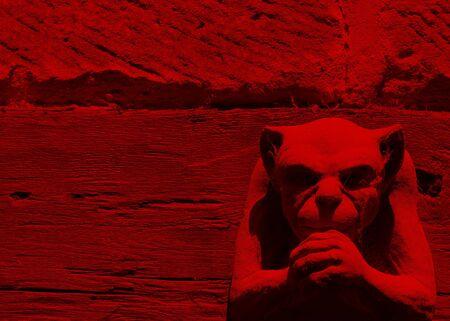 Lichteffect op de waterspuwer figuur afgezwakt rood Stockfoto