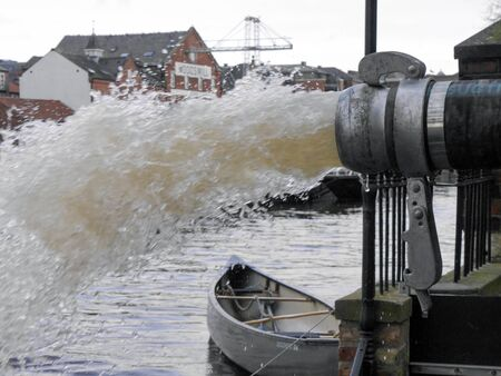 York, North Yorkshire, UK - Circa Dezember 2015: Flutwasser in Fluss Ouse gepumpt.