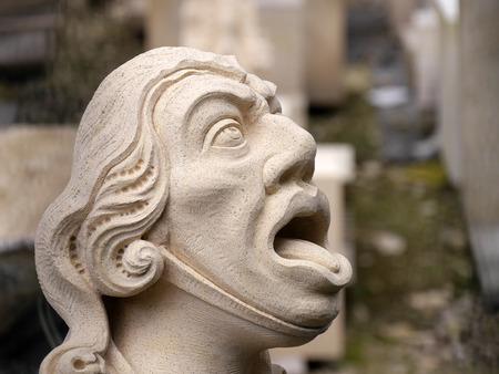 gargouille: Gros plan du visage de gargouille nouvellement sculpt� de York Minster Banque d'images