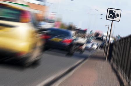 にぎやかな市内道路上カメラ記号の速度に適用された効果をズームします。