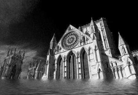 Simulazione di York Minster sott'acqua. Il filtro a infrarossi aggiunge drammaticità all'immagine. Archivio Fotografico - 93799082