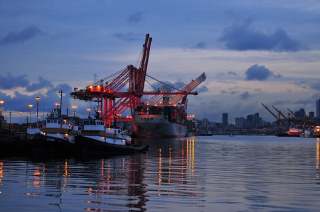 Tug boats, container ship, elliot bay, terminal 18, Seattle, USA