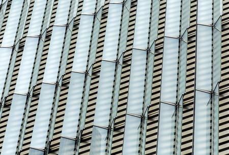 Frente de un edificio con cubiertas de vidrio simétricas