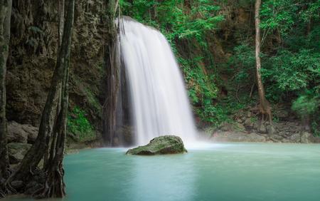 Водопад hua mae kamin в тропическом лесу в национальном парке Эраван провинции Канчанабури, Таиланд