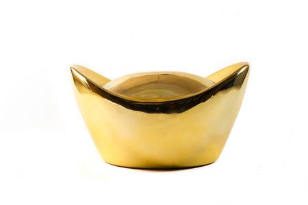 Lingotto d'oro cinese isolato su sfondo bianco
