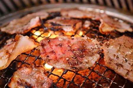 뜨거운 불길에 돼지 고기 그릴. 음식의이 종류는 한국어 또는 일본어 BBQ 스타일입니다.