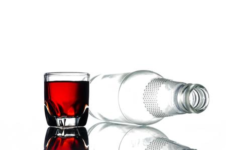 アルコールや白い背景の空瓶のガラス。 写真素材