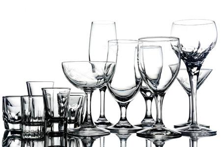 Collage van lege glazen op witte achtergrond.