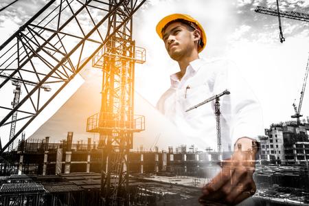 Dubbele blootstelling van de blauwdruk van de civiel-ingenieursholding met bouwwerf. Stockfoto