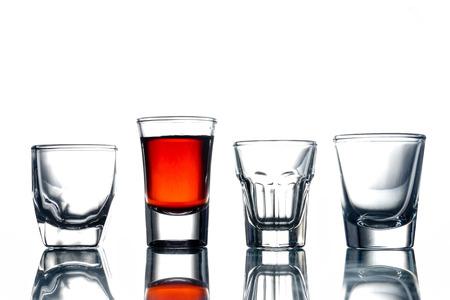 collage de verres avec de l & # 39 ; alcool sur un fond blanc