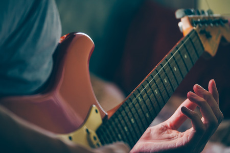 エレク トリック ギターを演奏する男性の手のクローズ アップ。選択と集中