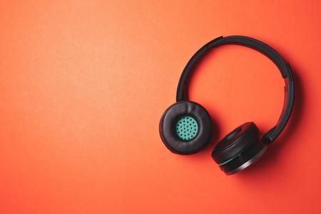 오렌지 배경에 현대 헤드폰입니다. 텍스트를위한 여유 공간