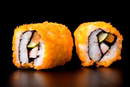寿司、和食、白い背景の上のカリフォルニア ロール。