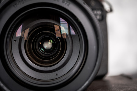 Gros plan de l'objectif de la caméra. Banque d'images - 84883172