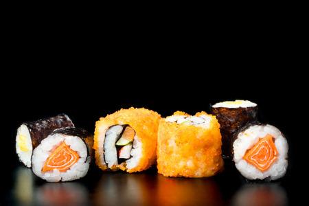 黒の背景に寿司、日本食。