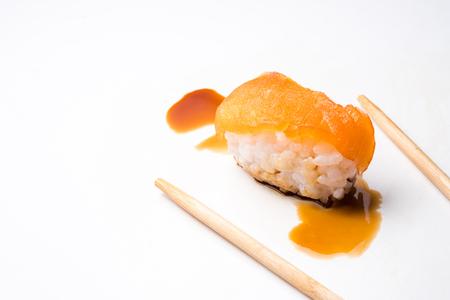 초밥, 일본 음식, 연어, 젓가락 및 흰색 배경에 소스와 쌀. 스톡 콘텐츠 - 85157735