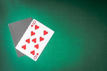 Speelkaart en achterontwerpen op groene achtergrond. Vrije ruimte voor tekst Stockfoto