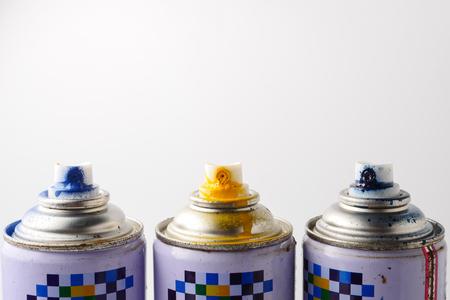 白い背景のスプレー ペンキの缶をクローズ アップ、本文の空き領域。 写真素材