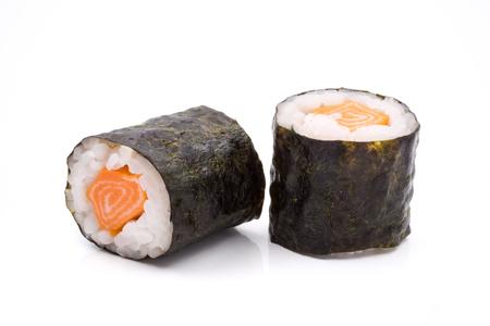 Sushibroodjes, rijst met zalm en zeewier op witte achtergrond, Japans voedsel. Stockfoto