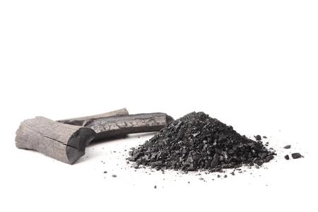 숯 및 흰색 배경에 가루 (활성 탄소).