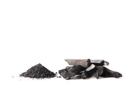 炭と白い背景のパウダー (活性炭)。テキスト用の空き容量