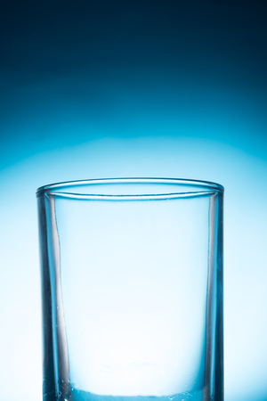 青い背景に空のガラス。