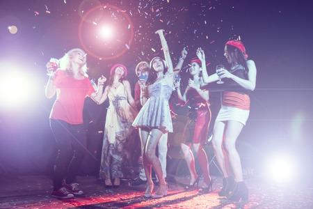 partido do ano novo, feriados, celebração, vida noturno e conceito dos povos - jovens que têm a dança do divertimento em um partido.