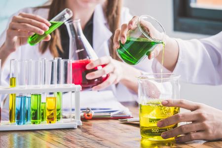 Paar studenten die bij chemieklasse werken. Onderwijs concept