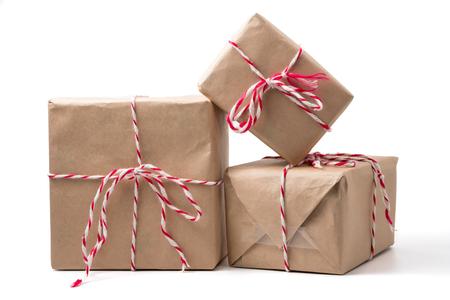 Paquetes de regalo envueltos en papel marrón sobre fondo blanco. Foto de archivo - 90459887