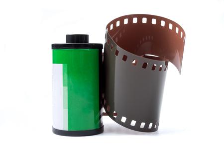 カートリッジ内の写真フィルム、白い背景に35mmの写真ロールフィルム。