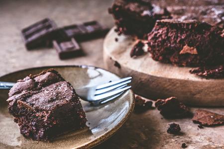 포크와 접시에 초콜릿 케이크 닫습니다.
