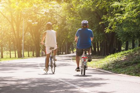 友人は、一緒に公園でサイクリングをしてリラックスしています。 写真素材 - 92770400